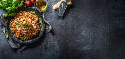 Makaron pomidorowy spaghetti z sosem bolońskim z oliwą z oliwek parmezanem i bazylią