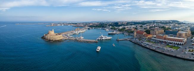 Aeria widok miasta Rodos, Dodekanez, Grecja. Panorama z portem Mandraki, laguną i czystą, błękitną wodą. Znane miejsce turystyczne w Europie