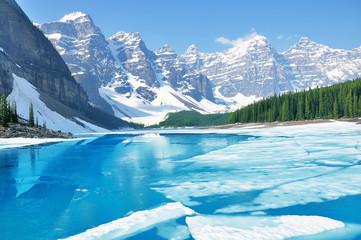 Morena jezioro pod lodem przy ranek wiosny czasem. Park Narodowy Banff. Kanada.
