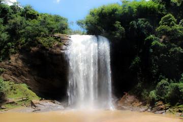 Cachoeira grande na cidade de Lagoinha