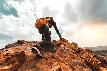 Turysta kobieta sukcesu piesze wycieczki na szczyt górski wschód słońca - Młoda kobieta z plecakiem wspiąć się na szczyt góry. Discovery Travel Destination Concept