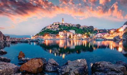 Zapierające dech w piersiach wieczorne widoki miasta Vrbnik. Dramatyczny lata seascape Adriatyk, Krk wyspa, Chorwacja, Europa. Piękny świat krajów śródziemnomorskich. Koncepcja tło podróży.
