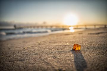 Bernstein im Sonnenaufgang am Strand