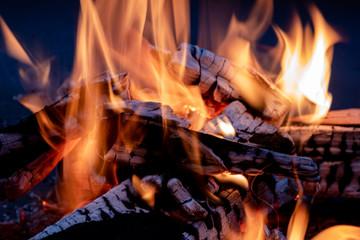 Kleines Feuer in einer Feuerschale