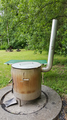 Kemping Koch Garnitur steht auf einer Feuerstelle