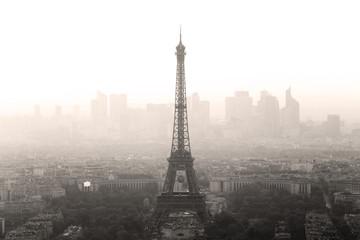 Widok z lotu ptaka Paryż z wieżą eifla i główną dzielnicą biznesu los angeles obrona w tle przy zmierzchem.
