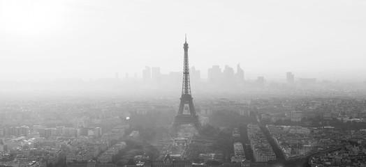 Widok z lotu ptaka Paryż z wieżą eifla i główną dzielnicą biznesu los angeles obrona w tle przy zmierzchem. Obraz czarno-biały.