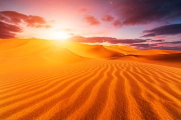 Zachód słońca nad wydmami na pustyni
