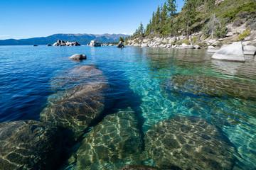 USA, Nevada, hrabstwo Washoe, jezioro Tahoe. Granitowe głazy pod czystym błękitem do szmaragdowych wód wzdłuż wschodniego brzegu.