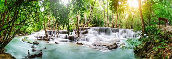 Podróżuje piękna siklawa w tropikalnym lesie tropikalnym, miękka woda strumień w naturalnym parku przy Huai Mae Khamin siklawą w Kanchanaburi, Tajlandia.