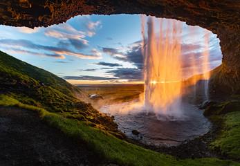 Seljalandsfoss Island Wasserfall Reise Midsummer Mittsommer Gegenlicht Hoffnung Höhle Farben Sonnenuntergang Wasservorhang Sehenswürdigkeit Waterfall from behind Sunset Midnight Sun Iceland