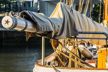 Details klassischer Yachten Großbaumnock mit Stern