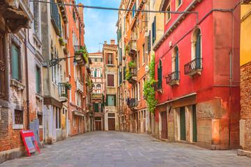 Kolorowi domy w starej średniowiecznej ulicie w Wenecja, Włochy