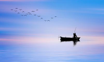 pescador en su barco de madera por el mar en calma al amanecer