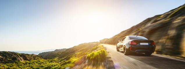 wynajem samochodu w Hiszpanii górski krajobraz drogi o zachodzie słońca