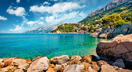 Wspaniały poranek krajobraz Adriatyku. Pogodny lato widok mała plaża w sławnym kurorcie - Brela, Chorwacja, Europa. Piękny świat krajów śródziemnomorskich.