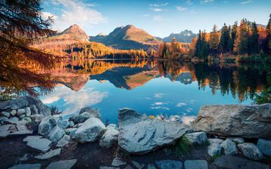 Atrakcyjny widok na jezioro Strbske Pleso. Spokojna ranek scena Wysoki Tatras park narodowy, Sistani, Europa. Piękno natury pojęcia tło.