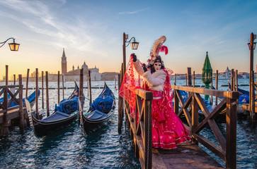 Kolorowe karnawałowe maski przy tradycyjnym festiwalem w Wenecja, Włochy