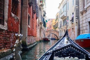 Gondola płynie przez mały kanał w Wenecji, Włochy