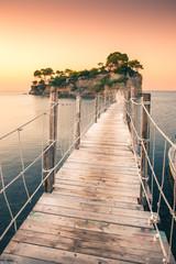 Wschód słońca przy Agios Sostis wyspą, Kameowa wyspa w Zakynthos, Grecja. Drewniany most.