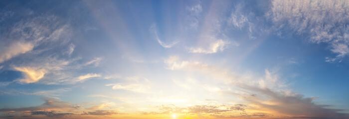 Zmierzchu chmurny niebo z pomarańczowym słońcem