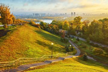 pochmurne niebo nad zielonym parkiem w Kijowie. Strzał krajobraz. Park of Eternal Glory, Kijów.
