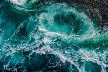 Fale wody rzeki i morza spotykają się podczas przypływu i odpływu.