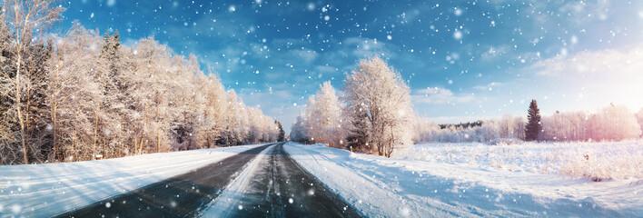zimowa droga, pokryta śniegiem w słoneczny dzień