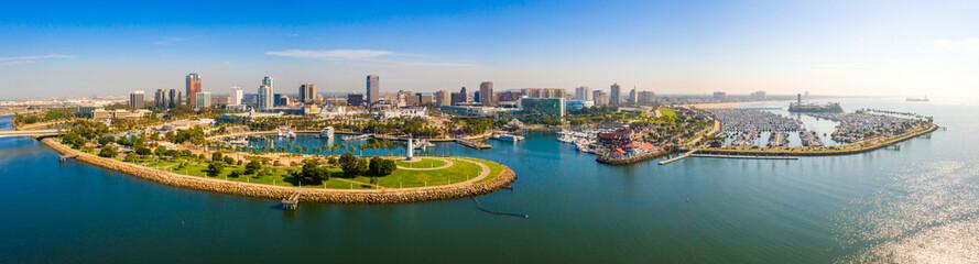 Powietrzny panoramiczny widok Long Beach linia brzegowa, schronienie, linia horyzontu i Marina w Long Beach z drzewkami palmowymi ,. Piękny Los Angeles.