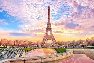 Wieża Eiffla o zachodzie słońca w Paryżu, Francja. Tło romantycznej podróży