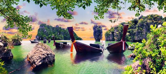 Malowniczy krajobraz Phuket. Pejzaż morski i rajska idylliczna plaża. Scenerii Tajlandia morze i wyspa Przygody i egzotyczny podróży pojęcie
