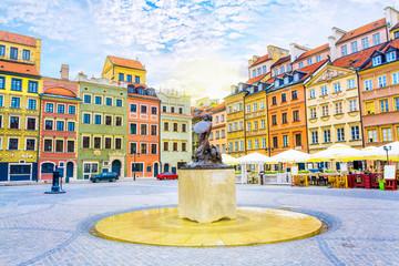 Fontanna Syrenka i kolorowe domy na Rynku Starego Miasta w Warszawie, stolicy Polski