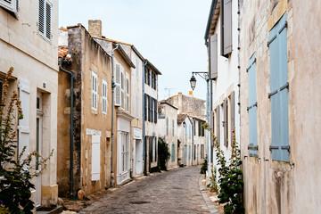 Malownicza ulica z tradycyjnymi starymi domami w Saint Martin de Re. Wyspa Re