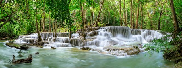 Huai Mae Khamin Waterfall poziom 6, Khuean Srinagarindra National Park, Kanchanaburi, Tajlandia; panorama