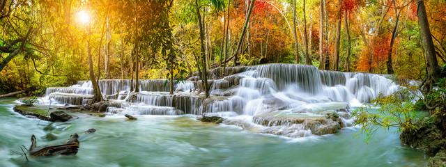 Kolorowa majestatyczna siklawa w parka narodowego lesie podczas jesieni, panorama - wizerunek