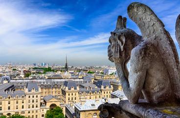 Gargulec na notre dame de paris na tle linii horyzontu Paryż, Francja.