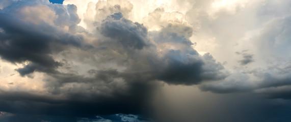 Panorama perfect Ciemne niebo i dramatyczna czarna chmura przed deszczem. Burza śnieżna nad ryżowymi polami Sisaket prowincją Tajlandia.