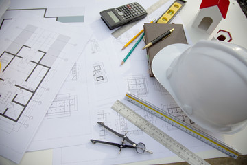 Biurko architektonicznego projektu pracującego na budowie, z koncepcją wyposażenia do rysowania