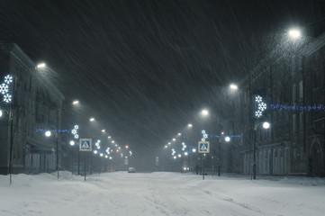 Zima krajobraz z śnieżycą w mieście