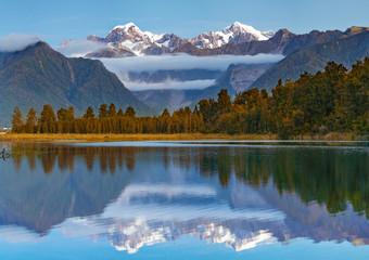 Sceniczny widok Jeziorny Matheson blisko Fox lodowa z odbijającymi widokami Aoraki góra Cook i góra Tasman w Południowej wyspie, Nowa Zelandia, miejsce atrakcja turystyczna i sławny Nowa Zelandia.