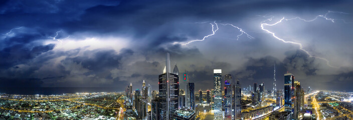 Dubaj, Zjednoczone Emiraty Arabskie. Niesamowity widok z lotu ptaka wieżowców w centrum miasta w burzliwy wieczór