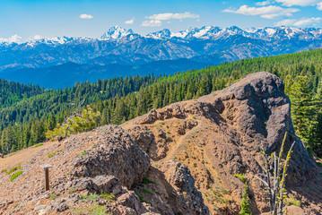 Widok na szczyty zaklęć i alpejskie jeziora Wilderness, z Red Top Mountain., Na północ od Teanaway i Cle Elum, Waszyngton.