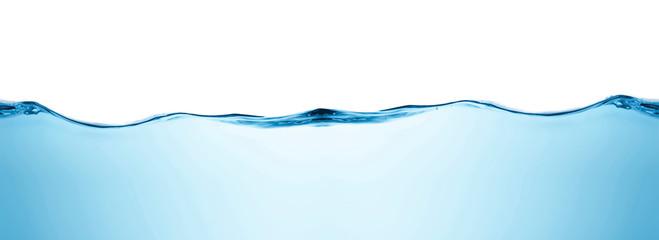 Błękitne wody pluśnięć fala powierzchnia z bąblami powietrze na białym tle.