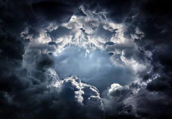 Dziura w dramatycznych chmurach