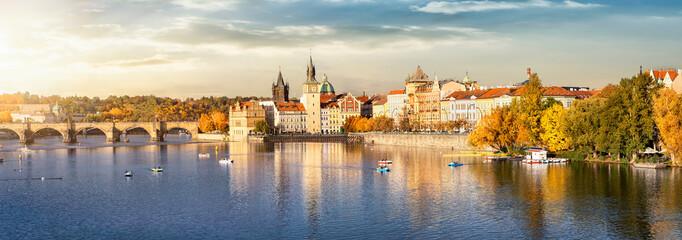 Blick auf das Herbstliche Prag bei goldenem Sonnenuntergang im Oktober mit Altstadt, Karlsbrücke und Moldau Fluss