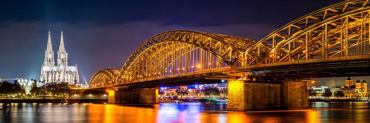 Panorama mostu Hohenzollernów nad Renem i katedry w Kolonii nocą