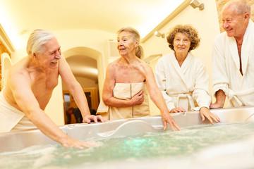Senioren freuen sich auf den Whirlpool