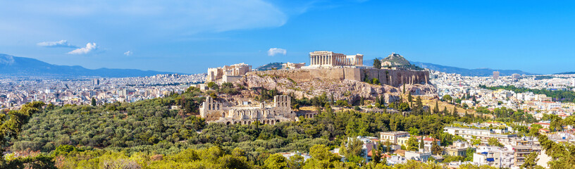 Panorama Ateny z Akropolu wzgórzem, Grecja. Słynny stary Akropol jest najważniejszym zabytkiem Aten. Krajobraz miasta Ateny z klasycznymi greckimi ruinami. Malowniczy widok na pozostałości starożytnych Aten.
