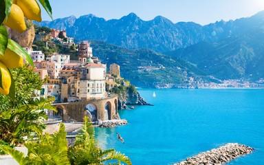 Miasteczko Atrani na wybrzeżu Amalfi w prowincji Salerno, region Kampania, Włochy. Wybrzeże Amalfi jest popularnym celem podróży i wakacji we Włoszech.