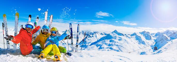 Szczęśliwa rodzina cieszy się zimowe wakacje w górach, Val Thorens, 3 doliny, Francja. Zabawa ze śniegiem i słońcem w wysokich górach. Ferie.